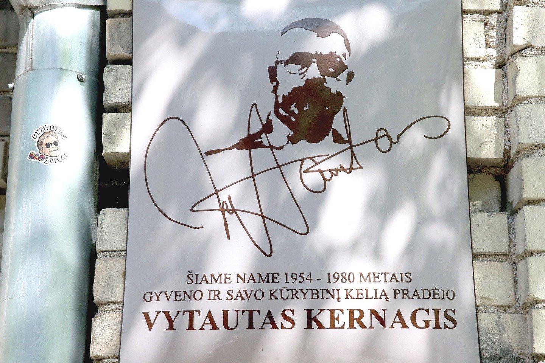 Atminimo lenta V.Kernagiui yra ant namo Kaštonų gatvėje, o A.Lietuvninkui – Vasario 16-osios gatvėje.