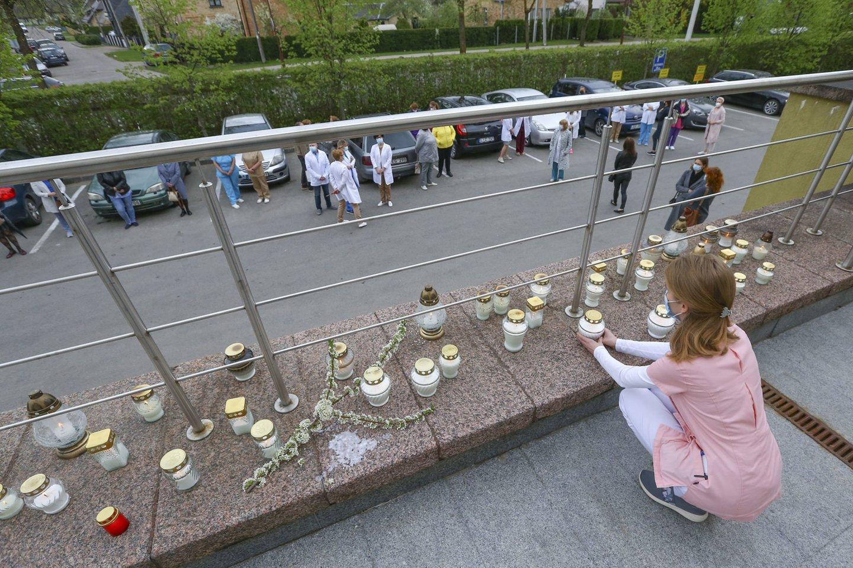 Gydytoja L.Šilinskytė buvo gerbiama už profesionalumą ir drąsą. Gėlėmis ir žvakutėmis ją pagerbę šiauliečiai kolegos įsitikinę, kad tai ir pražudė šią medikę.<br>G.Šiupario nuotr.