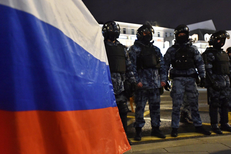 Rusijos kariai šalia Rusijos vėliavos.<br>Reuters/Scanpix nuotr.
