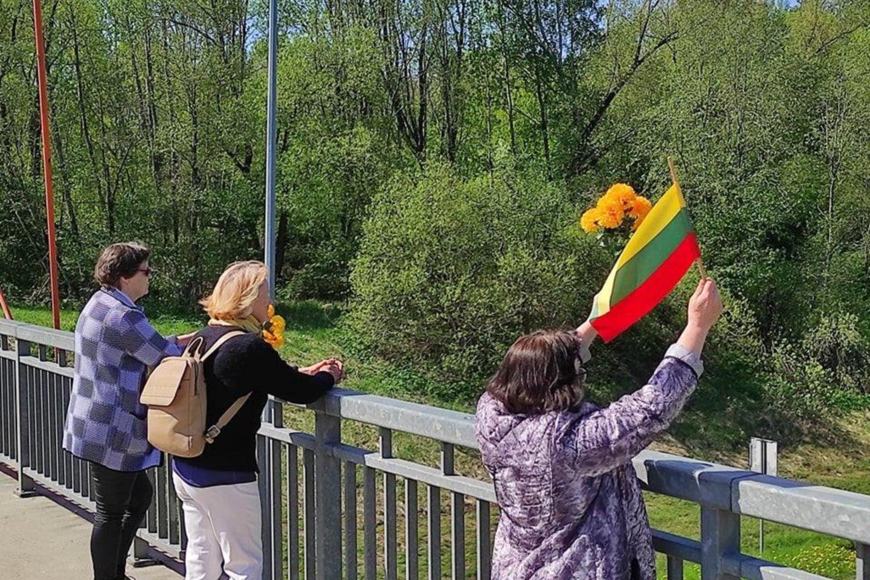 Maršo dalyvius Kaune ant tilto pasitiko ir keletas gerbėjų.<br>G.Bitvinsko nuotr.