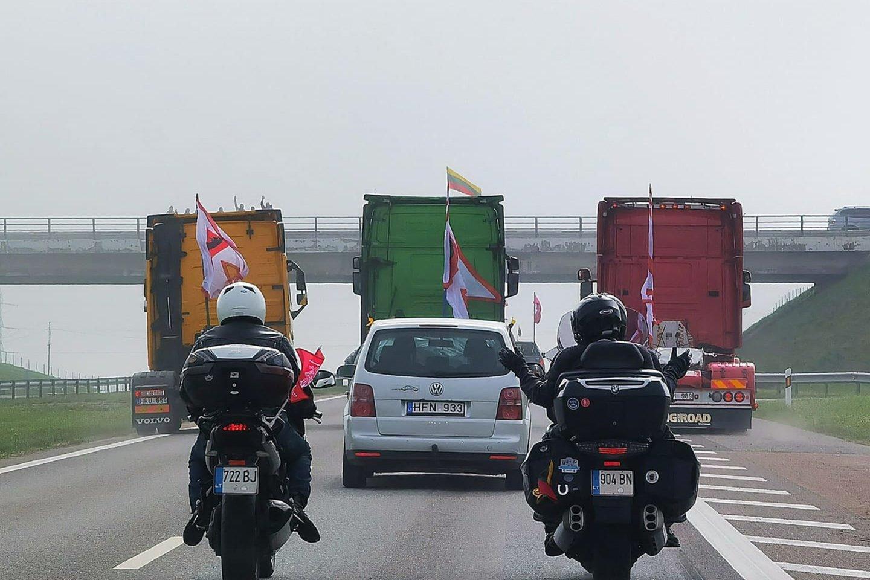 Didžiojo šeimos gynimo maršo feisbuko paskyroje plinta vaizdo įrašas su trimis sunkvežimiais be priekabų, kurių kėbulai nudažyti Lietuvos vėliavos spalvomis.<br>lrytas.lt skaitytojo nuotr.