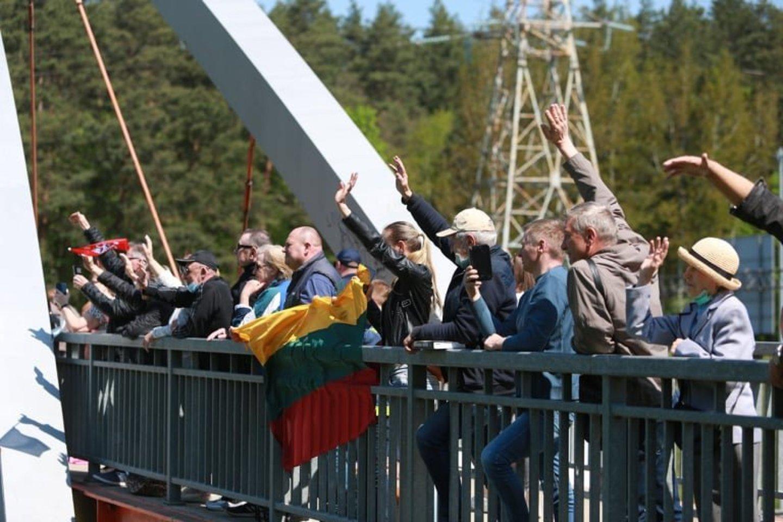 Maršo kolona Kaune sulaukė ir sveikinimų.<br>G.Bitvinsko nuotr.