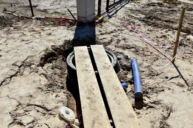Ilgai į sausus vandens čiaupus žiūrėję Rasakilų gatvės Galgiuose gyventojai neapsikentė, surinko pinigus ir vandentiekį dabar tiesia savo jėgomis.<br>V.Ščiavinsko nuotr.