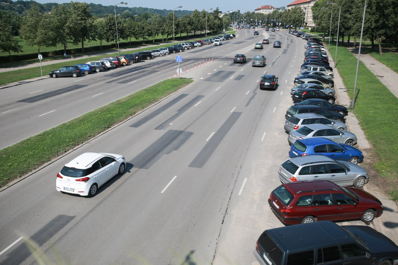 Vasarą Kauno gatvių kelkraščiai tampa kone sausakimši nuo automobilių.<br>G.Bitvinsko nuotr.