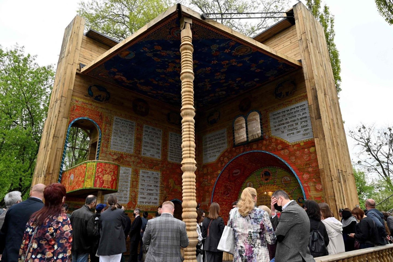 Maldos namai suprojektuoti, kad atsivertų kaip knyga su iššokančiais paveikslėliais, o sienas puošia maldų tekstai.<br>AFP/Scanpix nuotr.