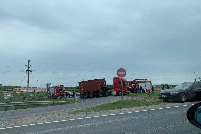 Klaipėdos rajone susidūrus sunkvežimiui ir BMW, prispaustą merginą vadavo ugniagesiai.<br>Skaitytojo nuotr.