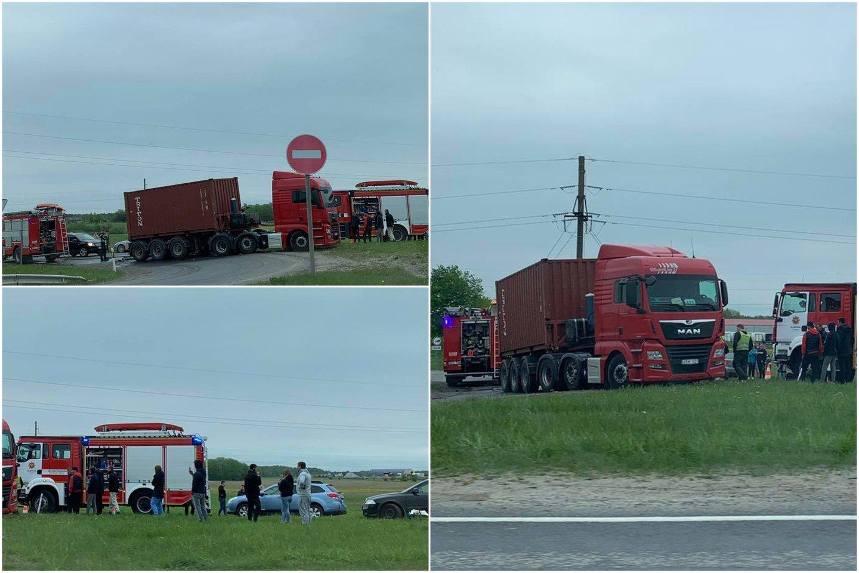 Klaipėdos rajone susidūrus sunkvežimiui ir BMW, prispaustą merginą vadavo ugniagesiai.<br>Lrytas.lt koliažas (skaitytojo nuotr.).