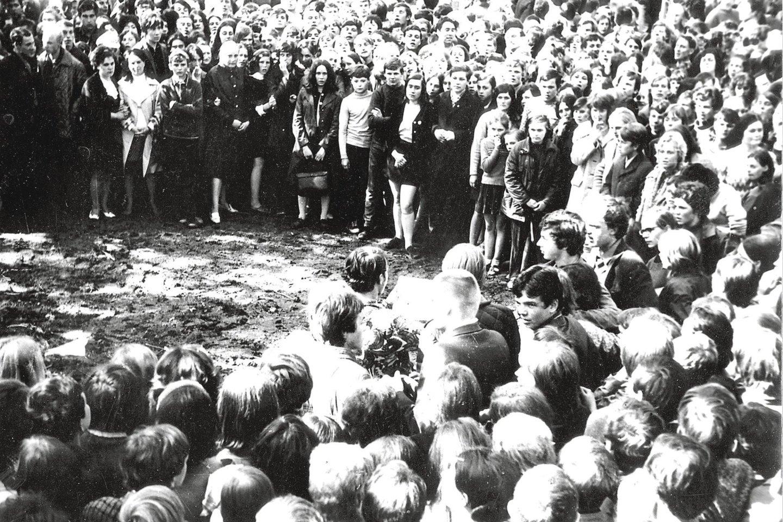 """1972 m. Kaune, Muzikinio teatro sodelyje, protestuodamas prieš SSRS okupaciją susidegino 19-metis R.Kalanta. Tą pačią dieną 2002 m. atidengtas paminklas R.Kalantai """"Aukos laukas"""", kurį sukūrė skulptorius R.Antinis jaunesnysis.<br>A.Barzdžiaus, M.Patašiaus nuotr."""