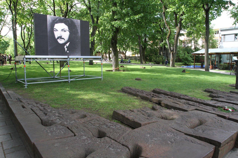 Kalanta Romas, 40 - ečio minėjimas, Muzikinio teatros skverelis, paminklas Kalantai<br>M.Patašiaus nuotr.