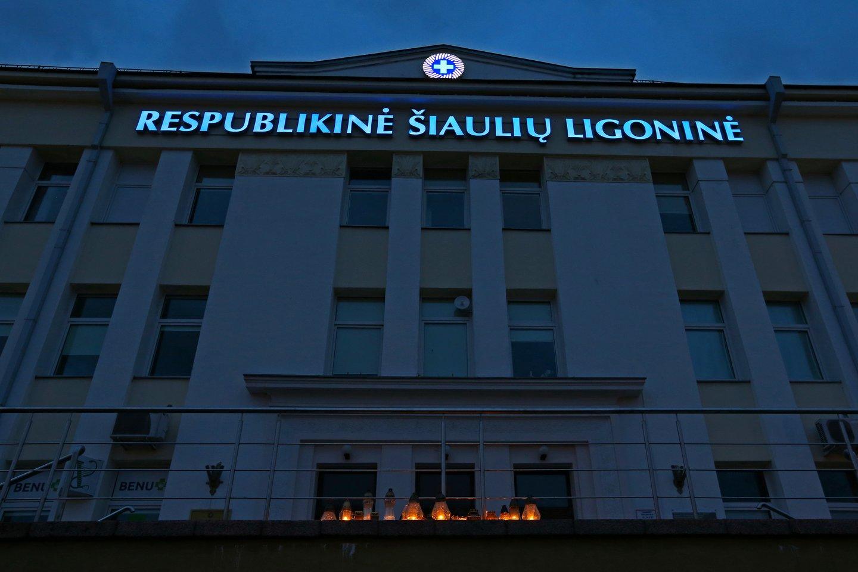 Gydytojos mirtis sukrėtė Respublikinės Šiaulių ligoninės bendruomenę. Laidotuvių dienos rytą ašaras braukdami medikai ėjo prie centrinio pastato ir degė atminimo žvakutes.<br>G.Šiupario nuotr.