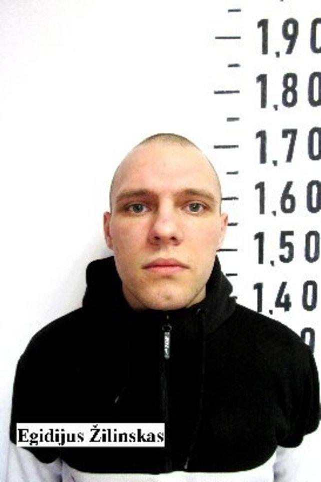 Bausmę atliekantys drausmės grupės nuteistieji Egidijus Žilinskas, gimęs 1996 m., ir Rolandas Kazakevičius, gimęs 1974 m., iš pataisos namų bendrabučio patalpos pasišalino gegužės 14-osios naktį išlaužę lango grotas ir perlipę per įstaigos apsaugos perimetro tvorą.<br>Kalėjimų departamento nuotr.