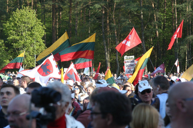 """""""Didžiojo šeimos gynimo maršo"""" dalyvių skandavo """"Seimą – lauk"""", reikalavo Seimo iš darbotvarkės išbraukti tam tikrus klausimus.<br>R.Danisevičiaus nuotr."""