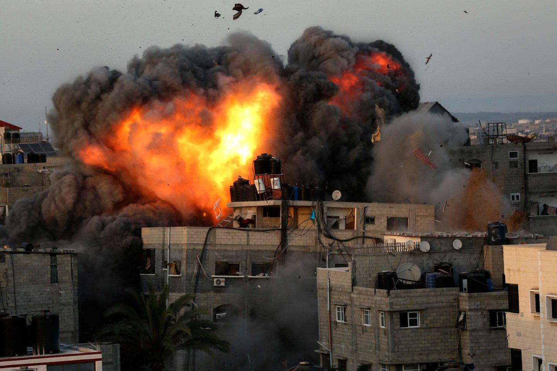 """Izraelio aviacija per kelias pastarąsias valandas smogė Gazos Ruožą kontroliuojančio islamistų judėjimo """"Hamas"""" devynių vadų namams palestiniečių anklave.<br>AFP/Scanpix nuotr."""