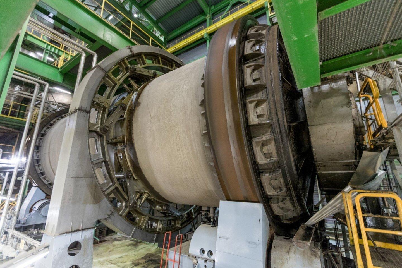 Šis daugiau nei 17 metrų ilgio ir virš 6 metrų skersmens gaminys bus tarp didžiausių retortinių krosnių, veikiančių pasaulio skalūnų pramonėje.<br>Pranešimo autorių nuotr.