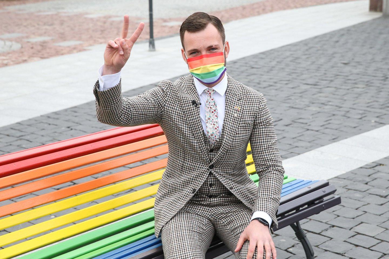 Minint Tarptautinę dieną prieš homofobiją ir transfobiją Vilniaus Rotušės aikštė pasipuošė vaivorykštės spalvų suoliuku.<br>R.Danisevičiaus nuotr.