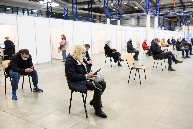 Pirmadienio Lietuvos statistikos departamento duomenimis, Lietuvoje pirmąja vakcinos doze buvo paskiepyti863 957 asmenys, antrąja -444 754.<br>V.Skaraičio nuotr.