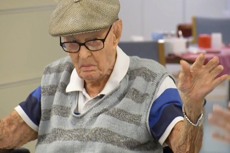 Seniausiu australu pirmadienį tapęs vyras, dalydamasis savo paslaptimis, kaip išgyventi ilgiau nei 111 metų, patarė valgyti viščiukų smegenis. <br>AP/Scanpix nuotr.