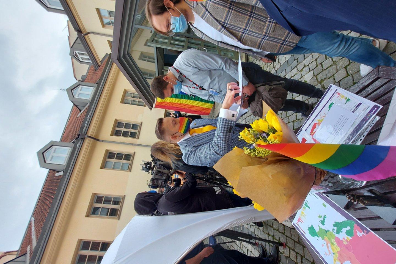 Vilniuje paminėta kovos su homofobija dieną: ambasadorių pareiškimas, Vaivorykštės suoliukas ir Vaivorykštės žemėlapis.<br>D.Gudavičiūtės nuotr.
