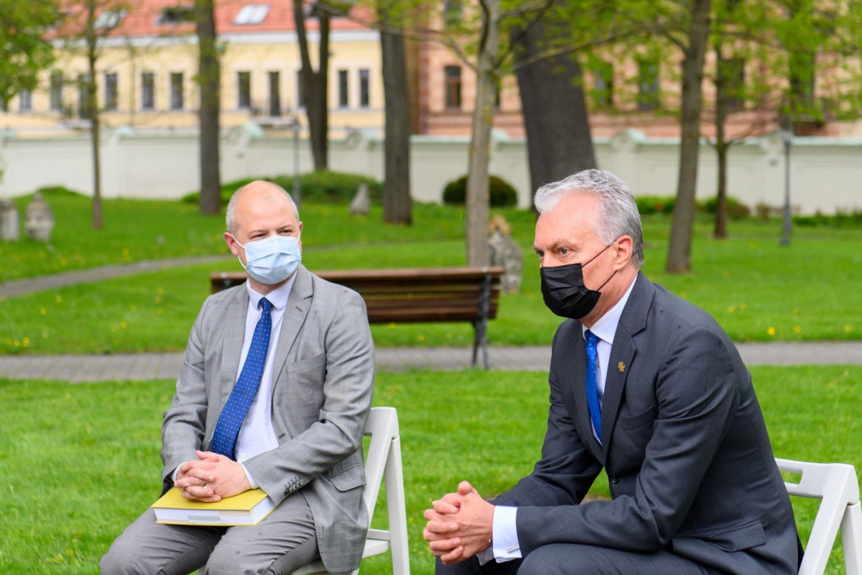 Prezidentas susitinka su aplinkos ministru Simonu Gentvilu ir aplinkosaugos organizacijų atstovais.<br>Prezidento kanceliarijos nuotr.