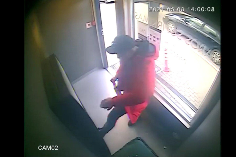 Policija bando nustatyto šio vyro tapatybę.<br>Stop kadras iš vazdo medžiagos