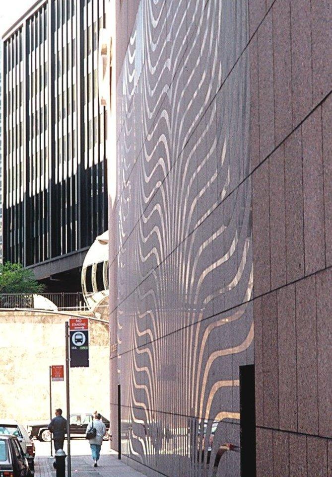 Granito siena, sukurta Pasaulio prekybos centrui Niujorke ir sunaikinta per 2001 m. rugsėjo 11 d. atakas.<br>LNDM archyvo (A.Norvilos) nuotr