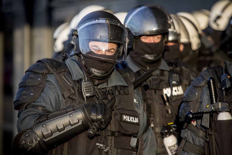 Mobilios kuopos pareigūnai paruošti agresyvių įtariamųjų sulaikymui.<br>V.Balkūno asociatyvi nuotr.