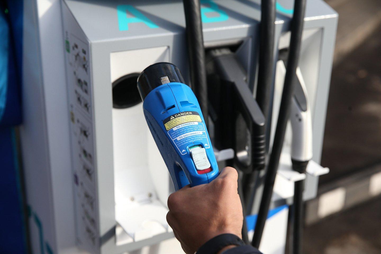 Siūloma leisti įmonėms, perkant elektromobilius, įtraukti pirkimo išlaidas į įmonės PVM apskaitą.<br>R.Danisevičiaus nuotr.
