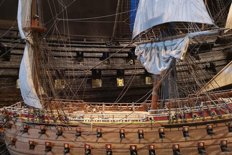 Laivo miniatiūra originalaus laivo fone.<br>A. Rutkausko nuotr.