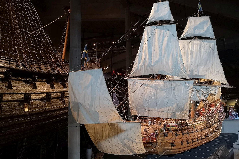 Laivo miniatiūra šalia originalaus laivo.<br>A. Rutkausko nuotr.