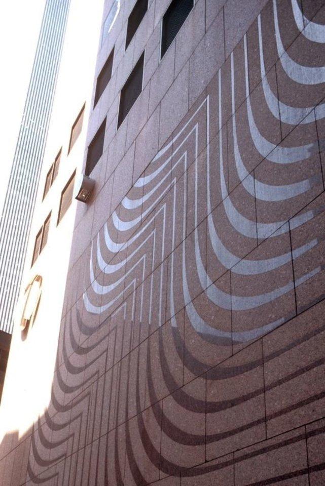 Granito siena, sukurta Pasaulio prekybos centrui Niujorke ir sunaikinta per 2001 m. rugsėjo 11 d. atakas.<br>LNDM archyvo (A.Norvilos) nuotr.