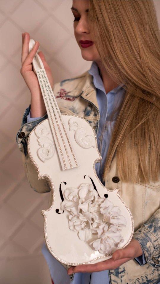 Marinos originaliai dekoruotas smuikas.<br>Asmeninio albumo nuotr.
