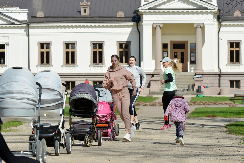 """""""Mano mama juda"""" dalyvės renkasi Gelgaudiškio dvaro parke.<br>Asmeninio albumo nuotr."""