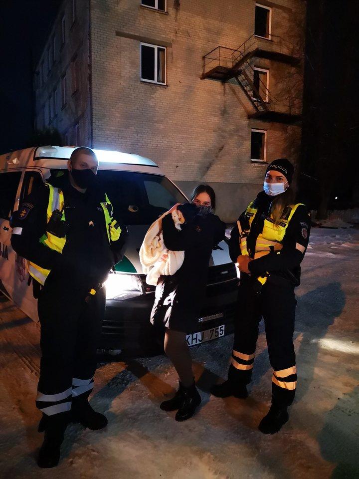 L.Dabašinskienės darbo policijoje akimirkos – pareigūnai išgelbėjo pasiklydusį augintinį.<br>Asmeninio albumo nuotr.