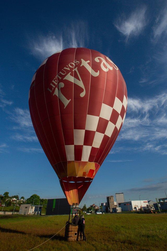 Gimtadienį švenčiantis Kaunas įteikė netradicinį kvietimą į gimimo dieną.<br>G.Bitvinsko nuotr.
