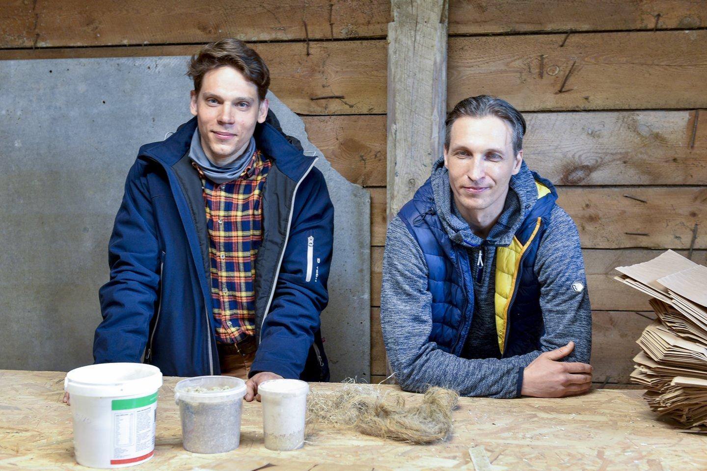 Kai kurią įrangą cechui E.Petkevičius ir A.Ramonas (dešinėje) vežėsi iš Latvijos.<br>V.Ščiavinsko nuotr.