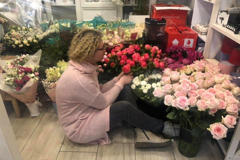 Gėlių salone – įprastinė Dainoros darbo diena.<br>Feisbuko nuotr.
