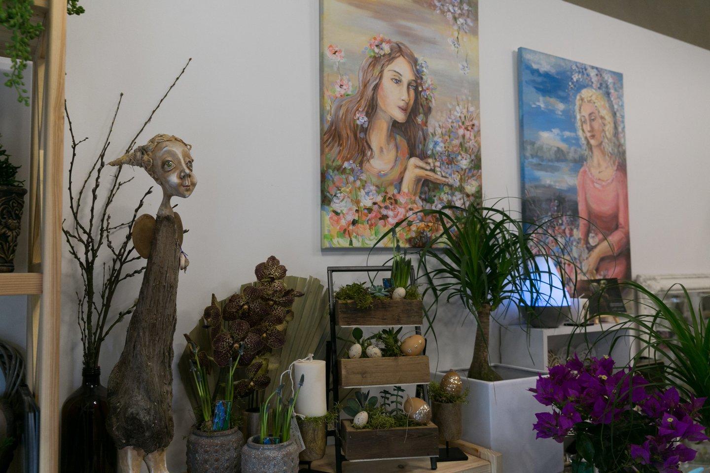 Salone ant sienos – D.Bakutienei dovanoti jos portretai.<br>T.Bauro nuotr.