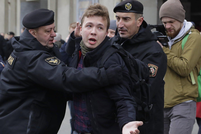 Baltarusijos žurnalisto ir opozicionieriaus Romano Protasevičiaus (nuotr.) mama teigia, kad apie savo sūnaus sulaikymą sužinojo iš žiniasklaidos. <br>AP/Scanpix nuotr.