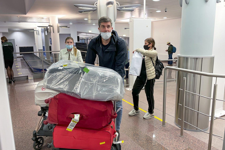 """Grįžusieji su """"Ryanair"""" lėktuvu iš Minsko.<br>V.Ščiavinsko nuotr."""