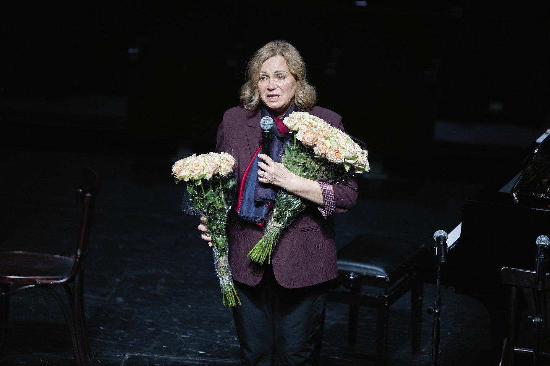 - Faustui skirtame vakare jo žmona dailėtyrininkė R.Rachlevičiūtė padėkos puokštes scenoje įteikė dviem moterims – vakaro režisierei bei sumanytojai G.Tuminaitei ir muzikologei, profesorei D.Balsytei.