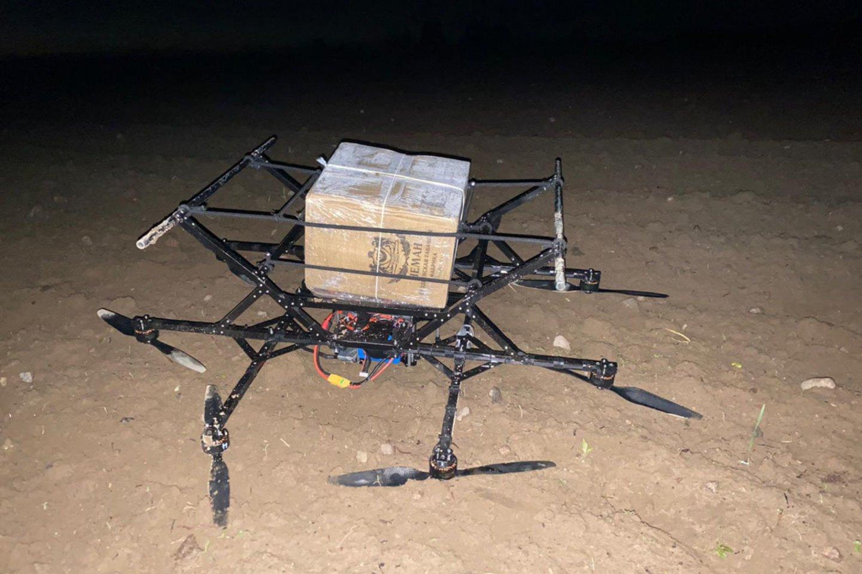 Varėnos pasieniečiai nutupdė dar vieną droną su cigarečių kroviniu.<br>VSAT nuotr.