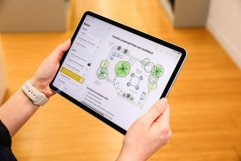"""Naujasis patobulintas """"iPad Pro"""" su """"M1"""" lustu ir iki 10 valandų veikiančia baterija tampa itin universaliu įrankiu."""