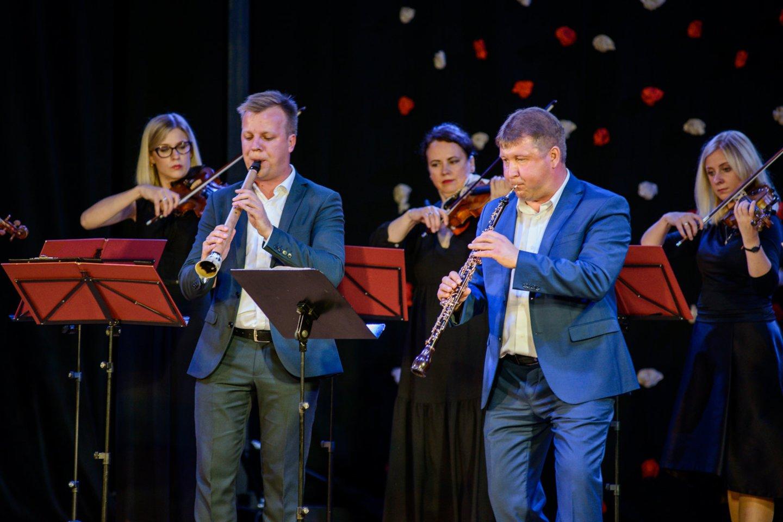 """R.Beinaris (dešinėje) – ansamblio """"Musica humana"""" meno vadovas ir dirigentas, obojininkas, Muzikos ir teatro akademijos profesorius."""
