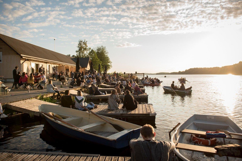 Vasaros vakarais Palūšės valtinėje vyksta įvairūs koncertai.<br>M.Kiminiūtės nuotr.