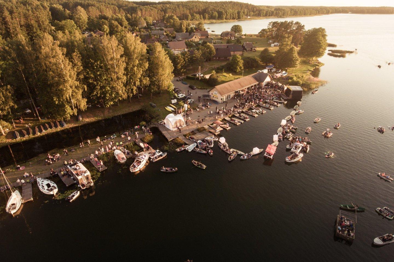 Vasaros vakarais Palūšės valtinėje vyksta įvairūs koncertai.<br>D.Cicėno nuotr.