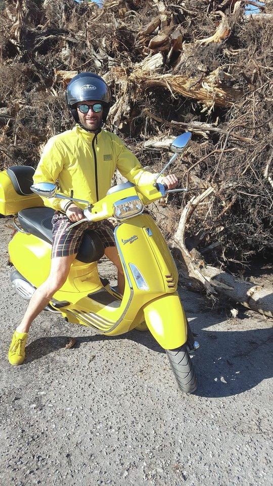 A.Liškauskas kasdien į darbą ir namo važinėja geltonos spalvos motoroleriu.<br>Nuotr. iš asmeninio archyvo