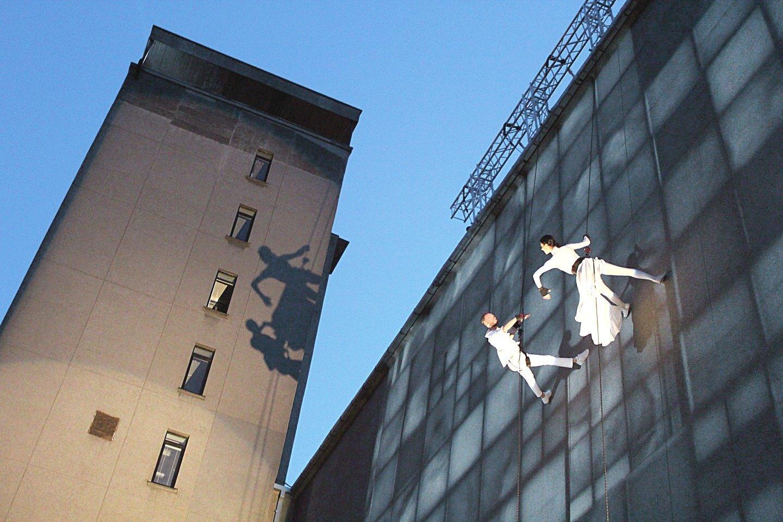 """Baleto šokėjai I.Briazkalovaitė ir A.Liškauskas """"Kalbančiame bokšte"""", kuris buvo kuriamas kartu su olandų trupe.<br>Klaipėdos valstybinio muzikinio teatro nuotr."""