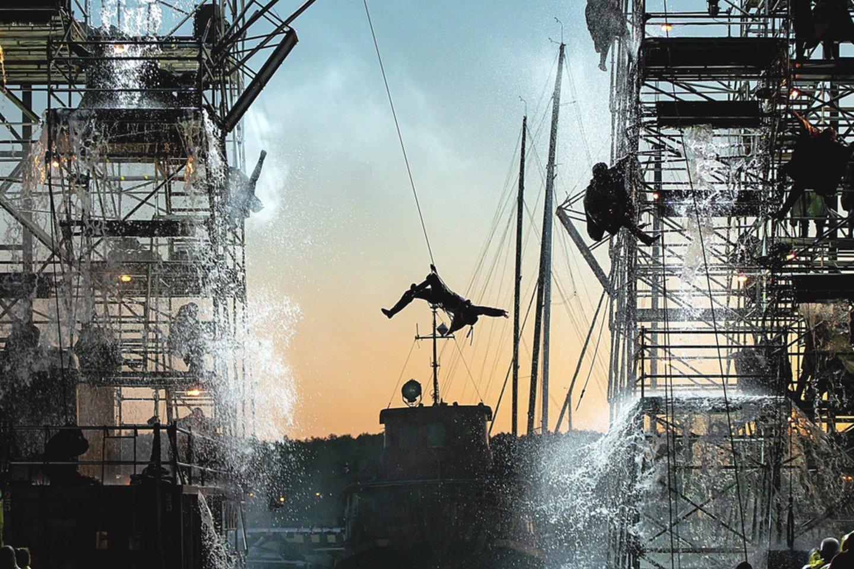 """A.Liškausko akrobatinių sugebėjimų prireikė ir operoje """"Skrajojantis olandas"""".<br>M.Aleksos nuotr."""