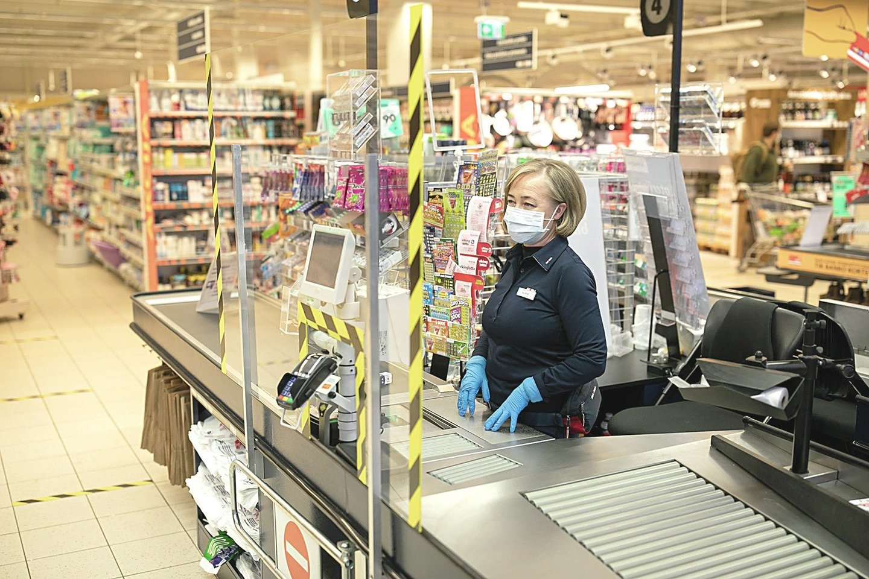 """Prekybos tinklas """"Maxima"""" pandemijos pradžioje įrengė parduotuves pagal griežčiausius reikalavimus, o apsaugos priemonės, kurių tuo metu stigo, darbuotojams ir klientams buvo gabenamos ir lėktuvais."""