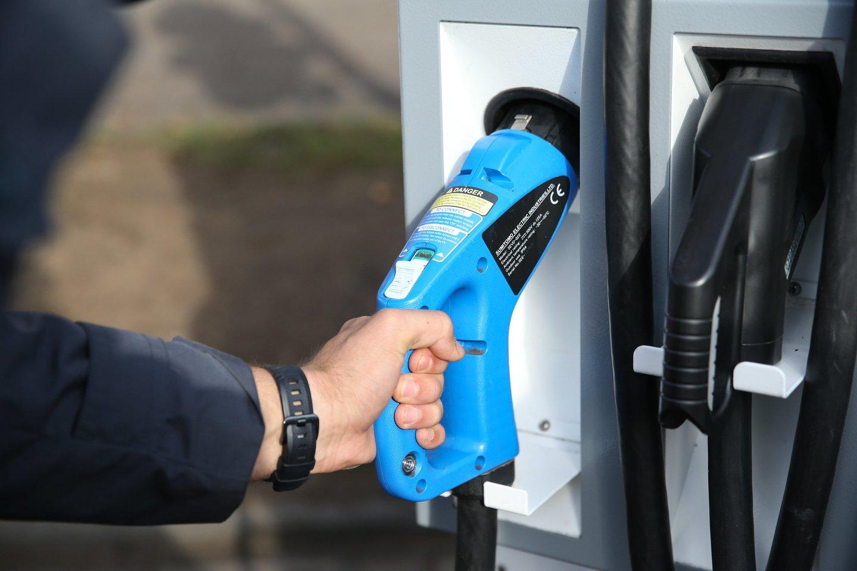 Šiuo metu po Lietuvą išdėstyta net apie 360 elektromobilių įkrovimo stotelių, todėl elektromobilių entuziastai tvirtina, kad po Lietuvą su šia transporto priemone galima keliauti, aišku, laikantis tam tikrų taisyklių.<br>R.Danisevičiaus nuotr.